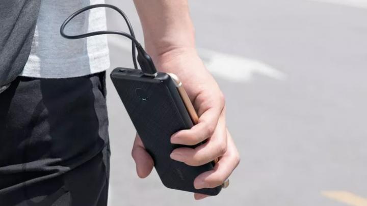 Anker PowerCore Slim 10000 PD в руке. (Изображение предоставлено Анкер)