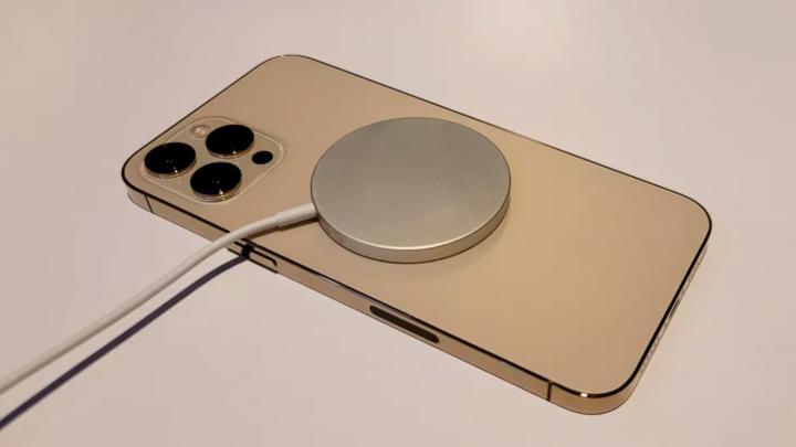 iPhone 12 Pro Max с зарядным устройством MagSafe. (Изображение предоставлено: Laptop Mag)