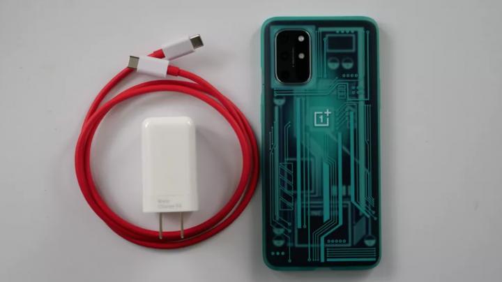 OnePlus WarpCharger 65 Вт рядом с OnePlus 8T. (Изображение предоставлено: Laptop Mag)